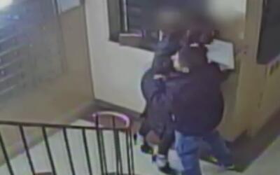 En video, el momento en que un sujeto intenta asaltar a una mujer en la...