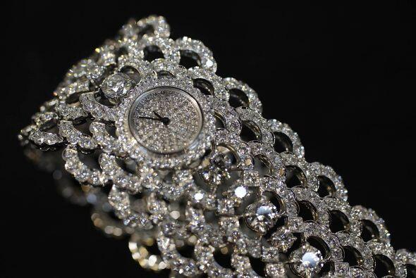 Un presente muy lindo es este reloj hecho a mano en oro blanco, son 25 q...