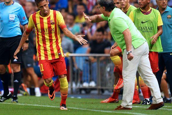 Neymar no perdió la oportunidad de ir a agradecer a Martino por haberlo...