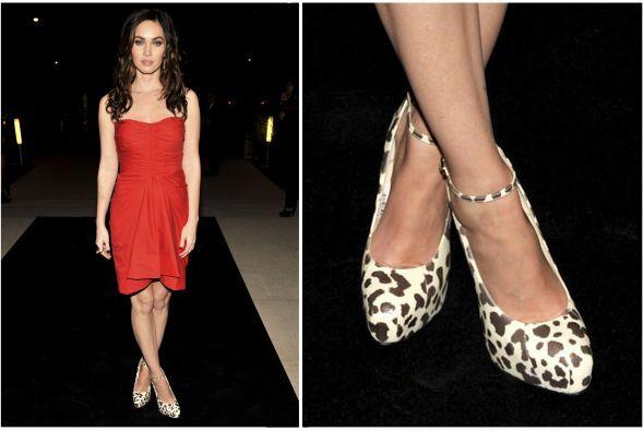 Megan Fox también combinó zapatos de este estilo con vestido rojo, y por...