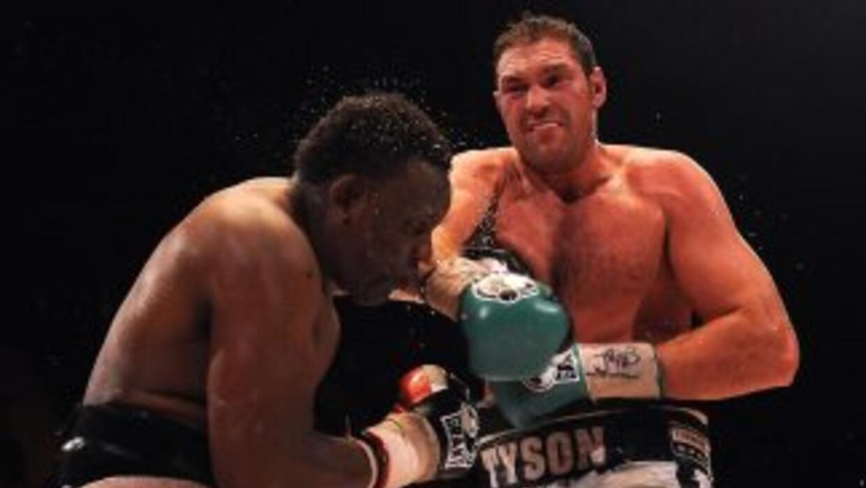 Tyson Fury destronó a Dereck Chisora del campeonato británico y de la Co...