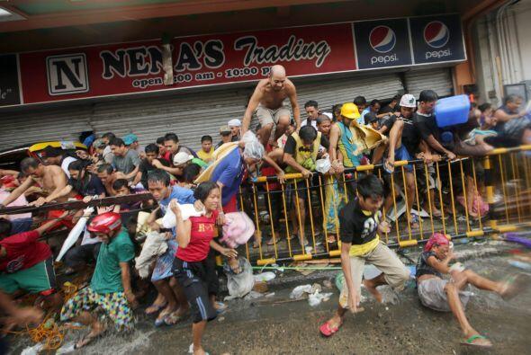 Los saqueadores toman el control de las tiendas. (EFE)