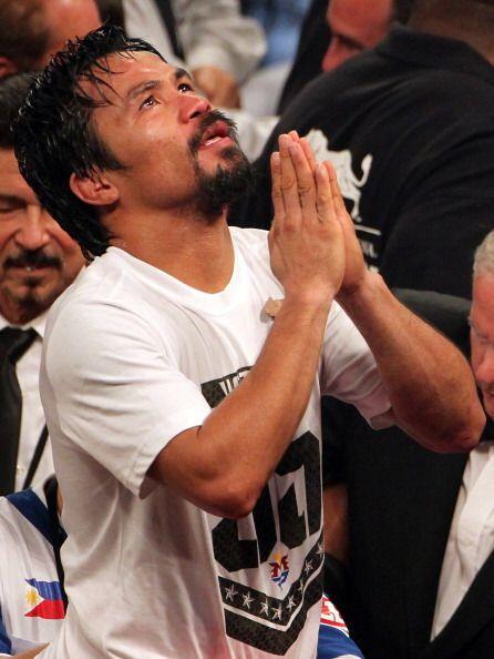 Al terminar la pelea Pacquiao volvió a rezar para agradecer a Dios,