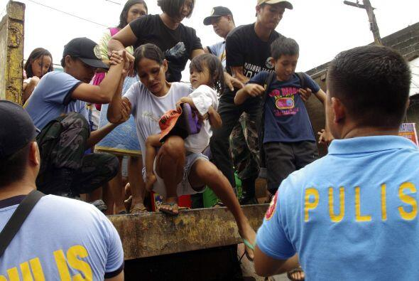El trabajo de los rescatistas es vital para ayudar a Filipinas. (AP)