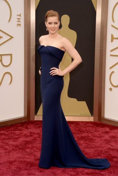 Amy Adams apostó por un 'strapless' con un ligero corte sirena en la par...