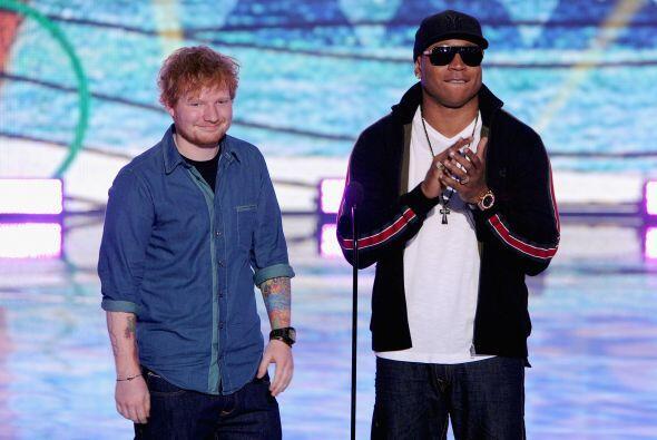 Los cantantes Ed Sheeran y LL Cool J presentando un premio. Mira aquí lo...