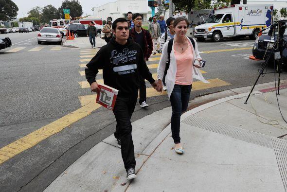 Estudiantes en Santa Mónica salieron de manos agarradas luego de que fue...