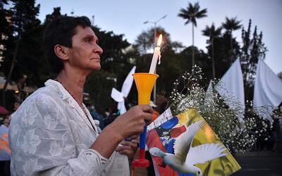 Una mujer participa el 20 de octubre de una marcha por la paz en Bogot&a...