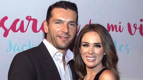 Martín Fuentes apoya a su esposa Jacky Bracamontes en el lanzamiento de...