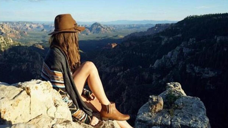 Madre arizonense explora y escala montañas acompañada de su pequeña morg...