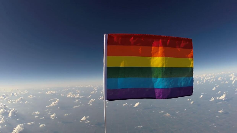 Llega al espacio la primera bandera LGBT