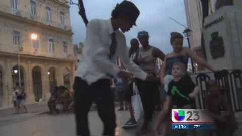 Joven imita a Michael Jackson en las calles de La Habana