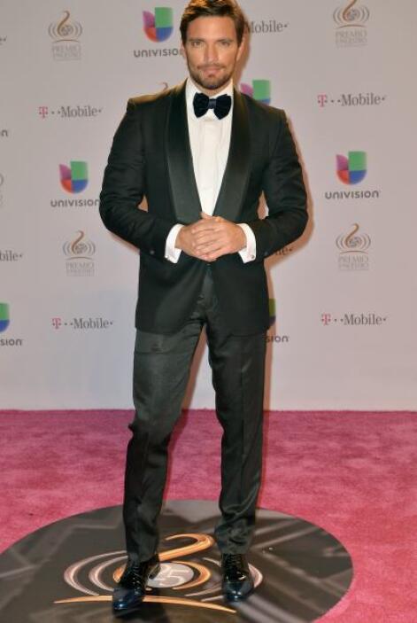 Julián Gil debería de ser el juzgado por opacar con su perfecta masculin...