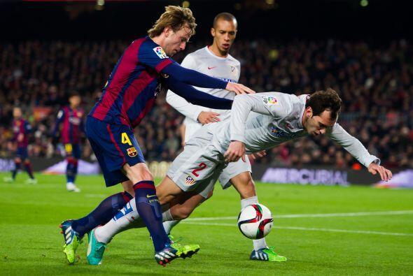Rakitic cayó en la desesperación ante el sistema defensivo del Atlético...