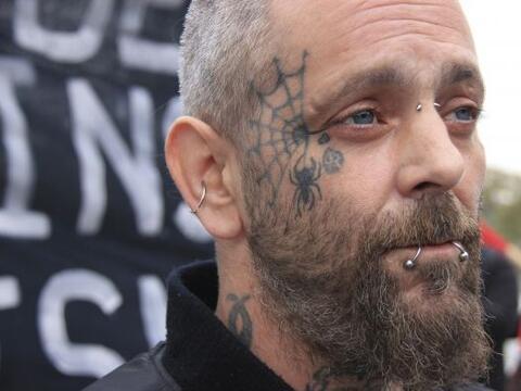 "Lee Tompkins, un ""skinhead"" o alguien que se rasura la cabeza,..."