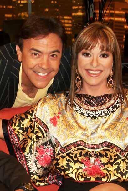 Gerardo Flores deprovecha la ocasión, y se retrata con Rosana,