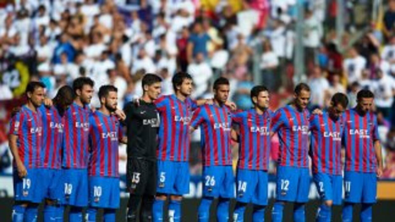 Levante y Deportivo guardaron un minuto de silencio antes del partido po...