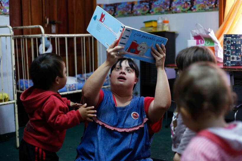 """Los niños obedecen a """"La Noe"""" cuando les pide sentarse para co..."""