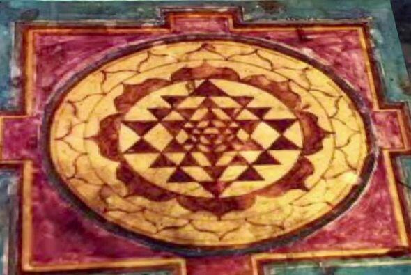 La similitud entre el símbolo tántrico y el dibujo en la tierra es perfe...