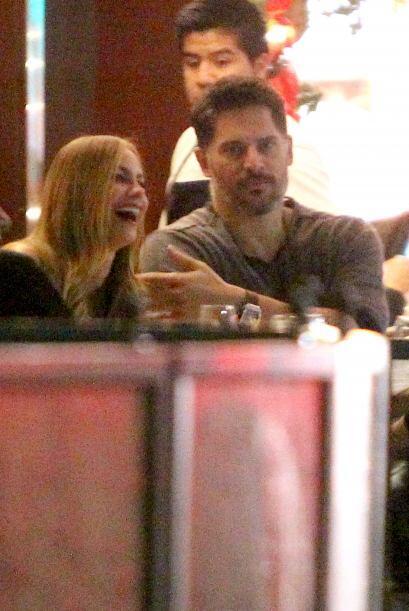 Aunque ella sonreía, él se notaba molesto por la atención de los fotógra...