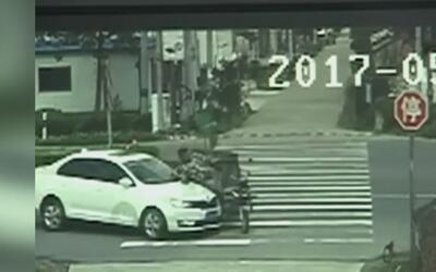 Atrapado bajo un auto, así quedó un anciano al ser atropellado cuando vi...