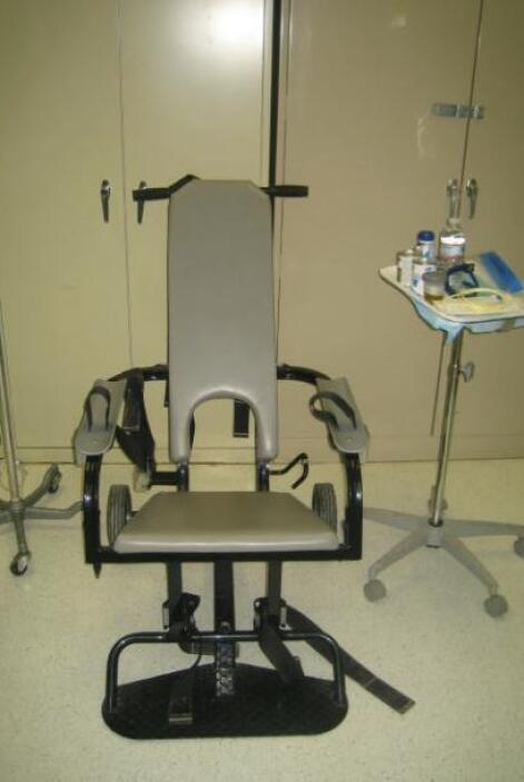 La silla de sujeción en donde sientan a los detenidos para obligarlos a...