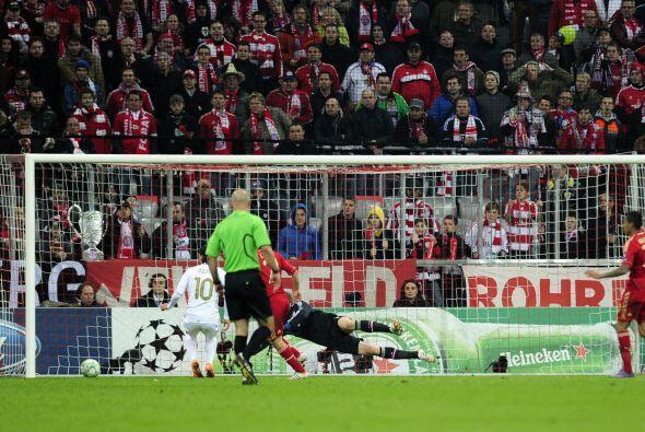 Justo ahí estaba el alemán Mesut Özil, sólo es...