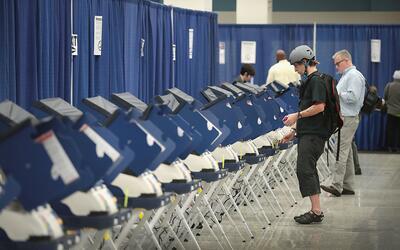 El voto temprano atrae a pocos millennials en Chicago, Illinois, el 18 d...