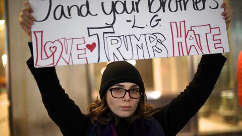 Emily Fredericks, 20, lleva un mensaje reconciliatorio en su pancarta: &...