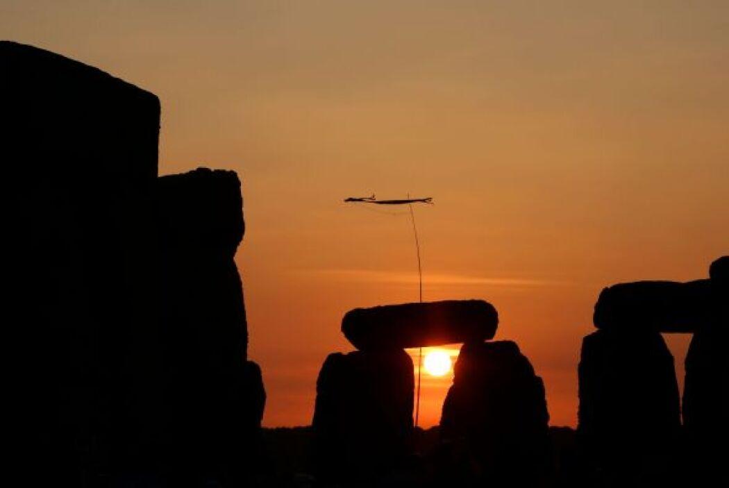 Quisieron ver amanecer junto al milenario círculo de piedra de Stoneheng...