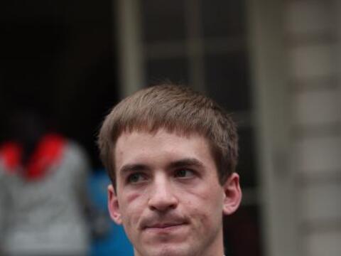 Stephen Barton, uno de los sobrevivientes de la masacre de Aurora, Color...