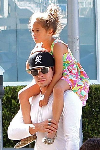 La pequeña está encantada con él.  Mira aquí...