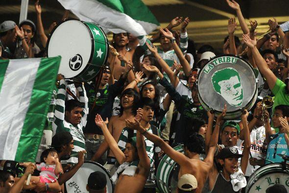 Los cánticos en favor del Santos se sentían en cada parte de las gradas.