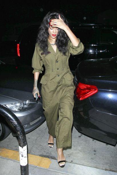 ¡Rihanna no quisó compartir el protagonismo de su 'jumper' militar con n...