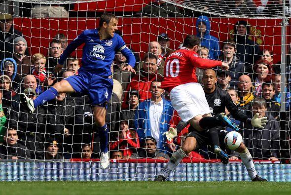 El capitán Wayne Rooney fue el hombre que encabezó la reacción en Old Tr...