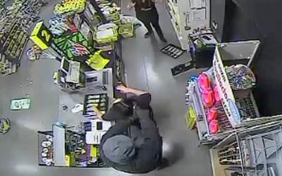 En video: Ladrón espera hasta el cierre de la tienda para asaltar a las...