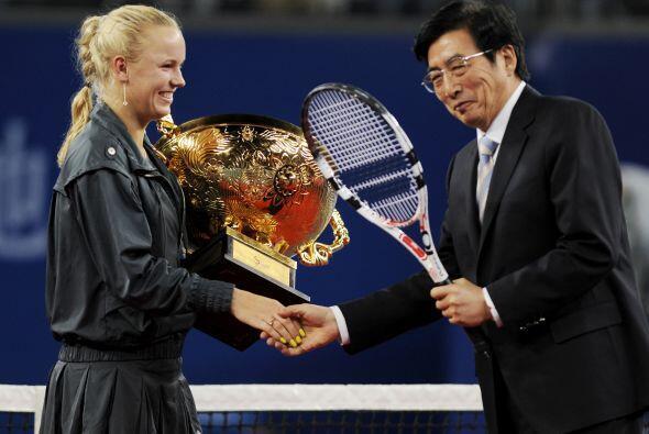 Wozniacki recibe su trofeo de manos del alcalde de Beiging, Guo Jinlong,...