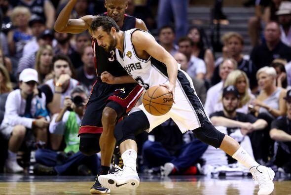 Marco Belinelli  de los Spurs de San Antonio conduce a la canasta en con...