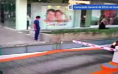 En video: el momento en que un oficial del consulado de EEUU en Guadalaj...