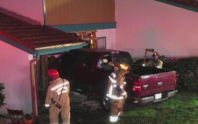 En aparatoso accidente, camioneta terminó incrustada en un complejo de a...