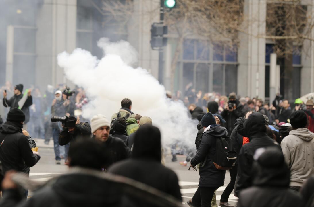 La policia lanza gases lacrimógenos y de pimienta durante los enfrentami...