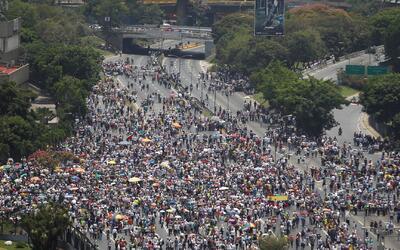 Opositores venezolanos bloquearon las principales autopistas en otra jor...