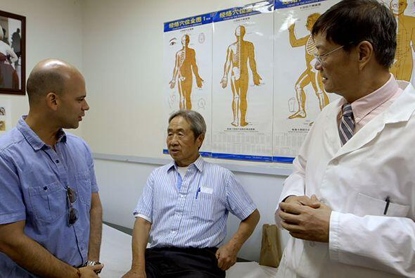 En la clínica del Dr. Tom, además el doctor Juan convers&o...