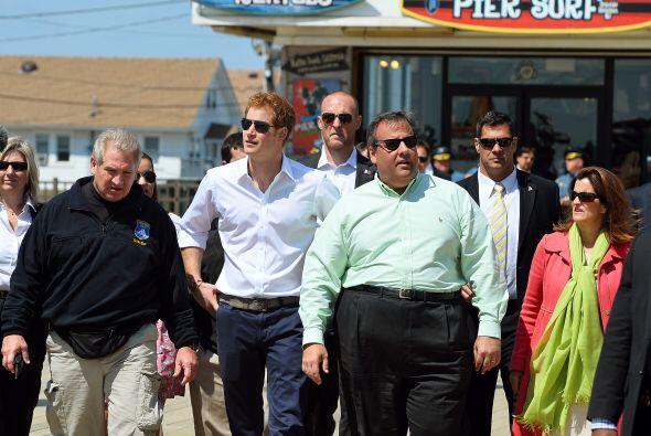 El príncipe Enrique de Gales visitó comunidades afectadas por el huracán...