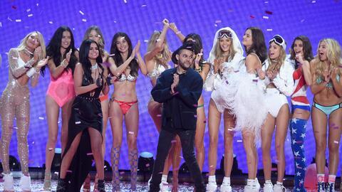 Selena y The Weeknd cantaron en el Victoria's Secret Fashion Show de 2015.