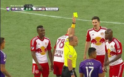Tarjeta amarilla. El árbitro amonesta a Aurélien Collin de New York Red...