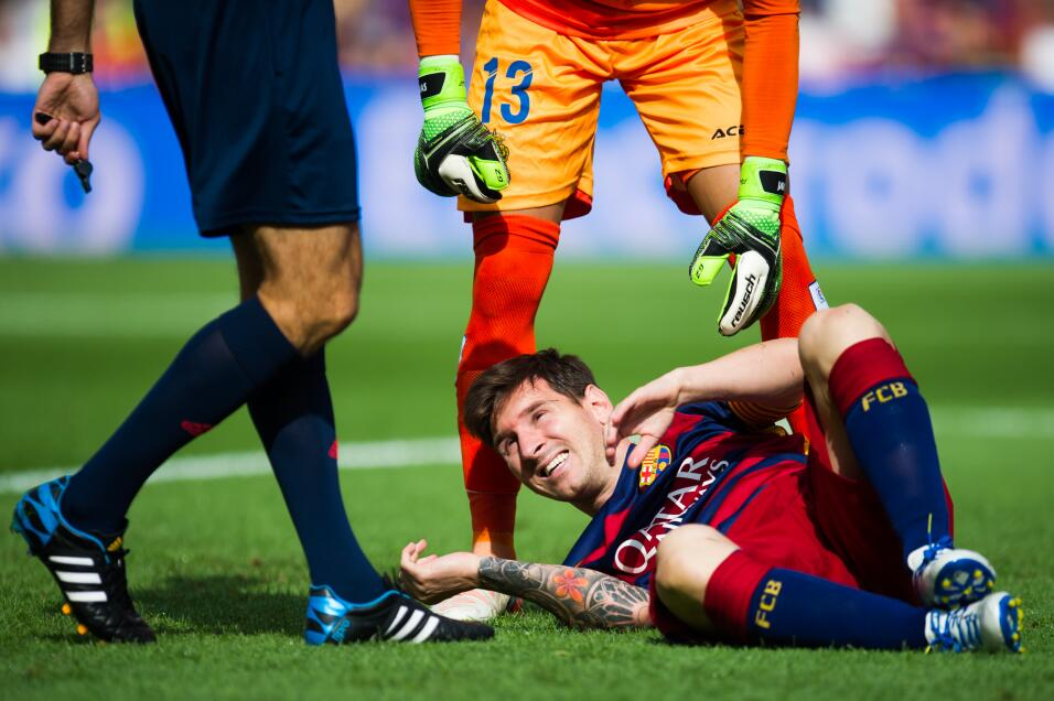 Messi se lesionó de la rodilla y prendió los focos rojos del Barcelona.