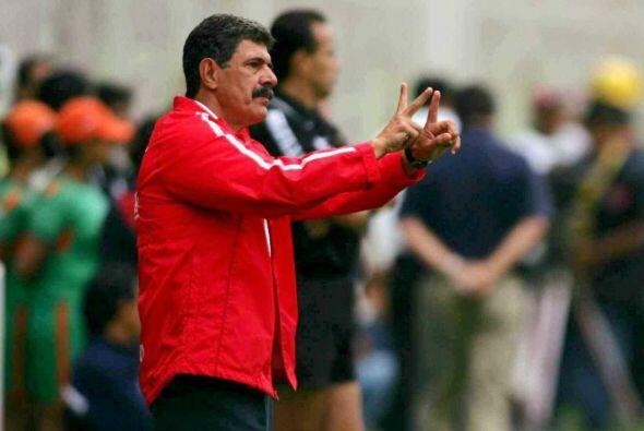 Mientras que con las Chivas llegó en 1996 y salió en el 2000. Con los ro...