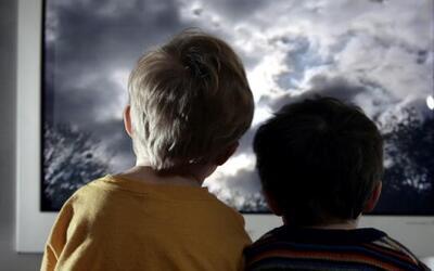 Evite discutir son su pareja delante de los niños, podría causarles efec...