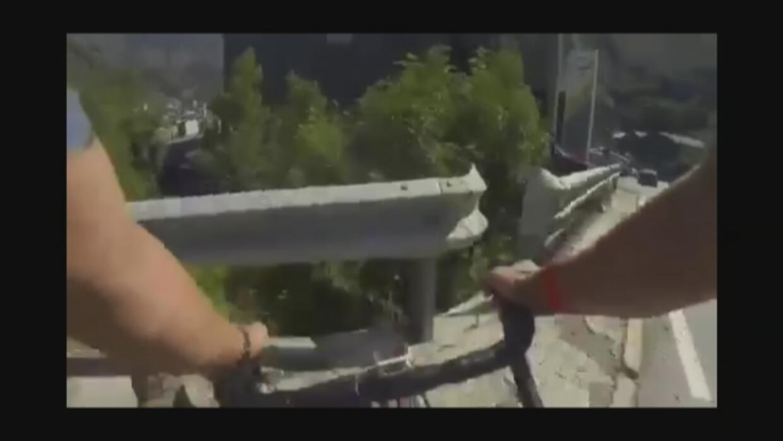 Así reaccionó un ciclista tras chocar contra una barrera metálica
